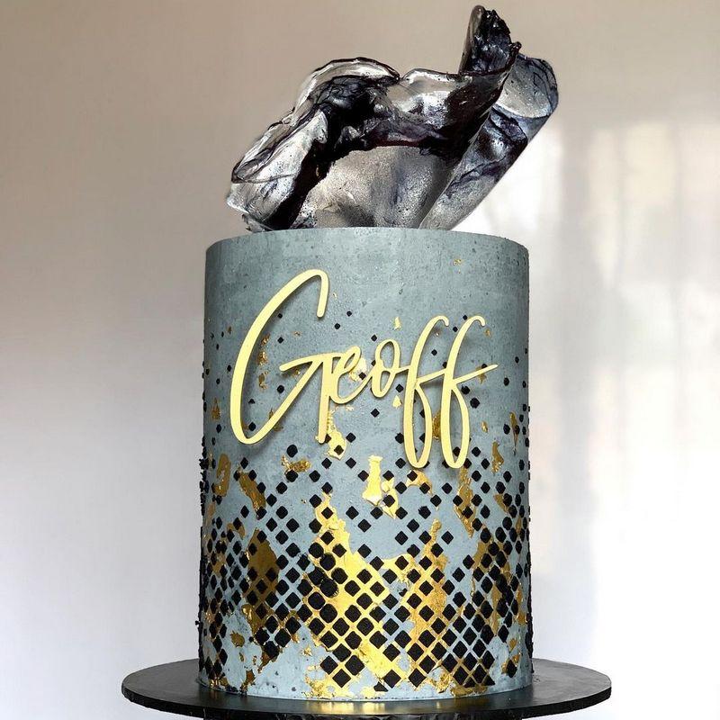 Оригинальный серый торт с золотом для мужа мужчины на день рождения.