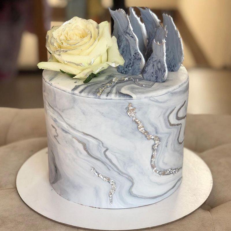 Мужской торт с мраморным дизайном на день рождения