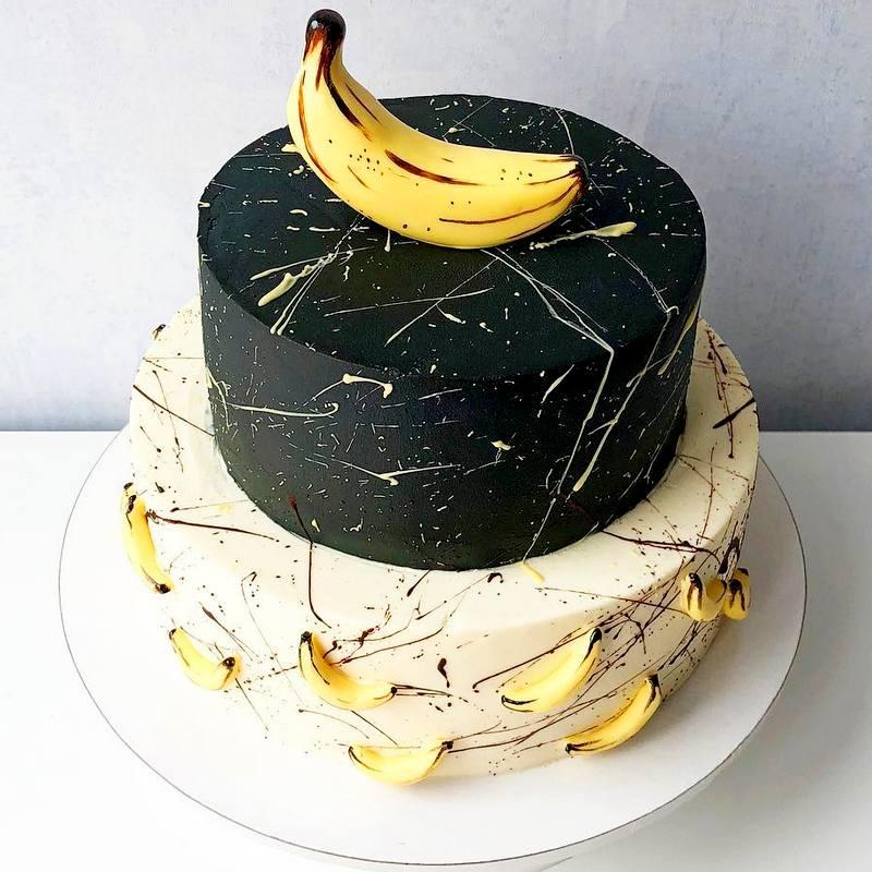 Двухъярусный торт для мужчины мужа украшен бананами из мастики