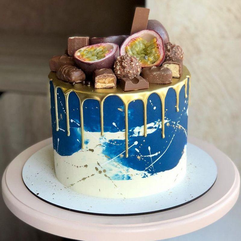 Мужской торт с золотыми потеками и маракуйей.