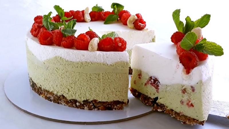 Муссовый фисташковый торт с малиной без выпечки и печенья