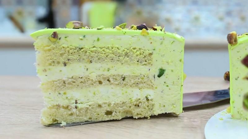Фисташковый муссовый торт от Алекс Милана в разрезе