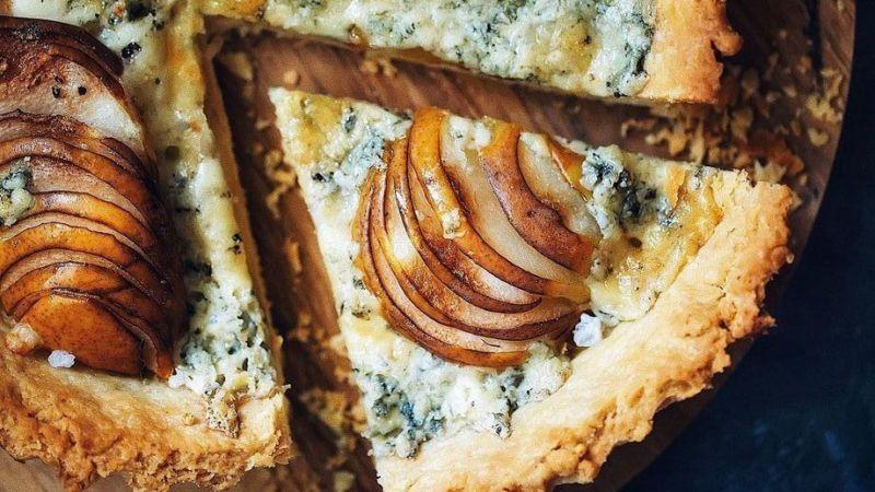 Пирог из теста бризе с грушей и сыром с плесенью