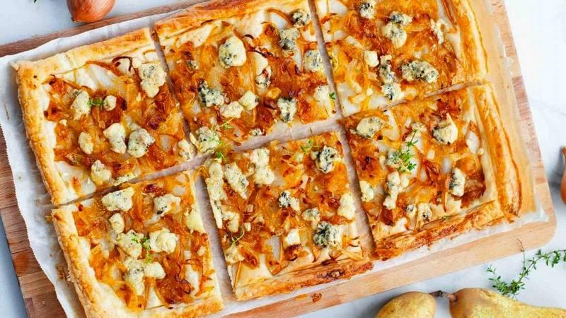 Луковый слоеный пирог с грушей и сыром дор блю
