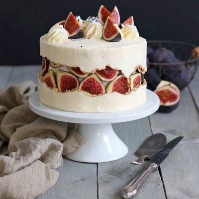 Торт украшенный свежим инжиром