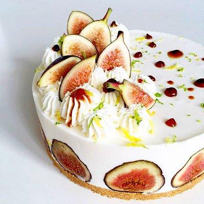 Кокосовый торт украшенный инжиром. Торт с инжиром