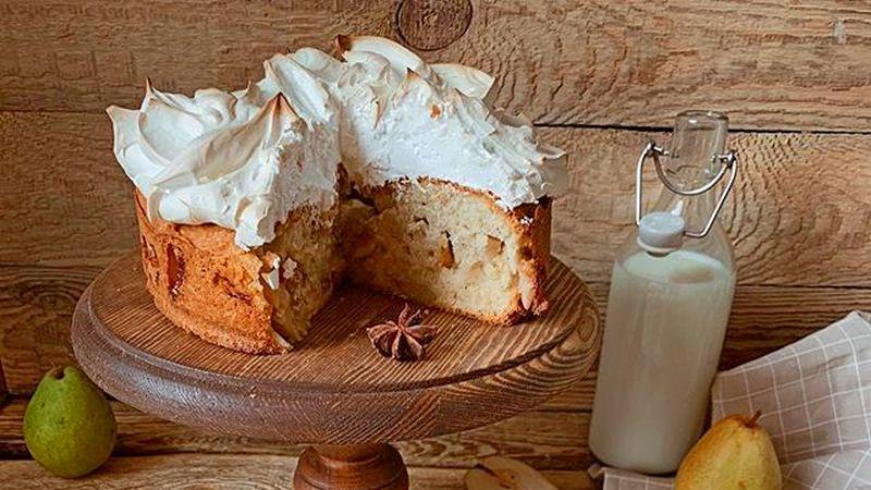 Простой грушевый пирог с безе