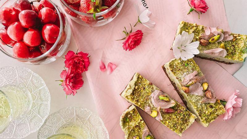 Фисташковый ПП торт с лепестками роз без выпечки сыроедческий