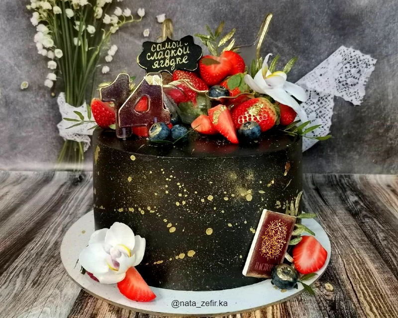Чёрный торт с ягодами девочке на 14 лет