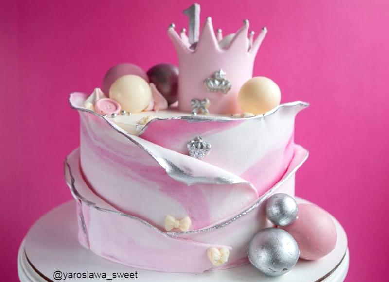 Торт девочке на год украшен мастикой