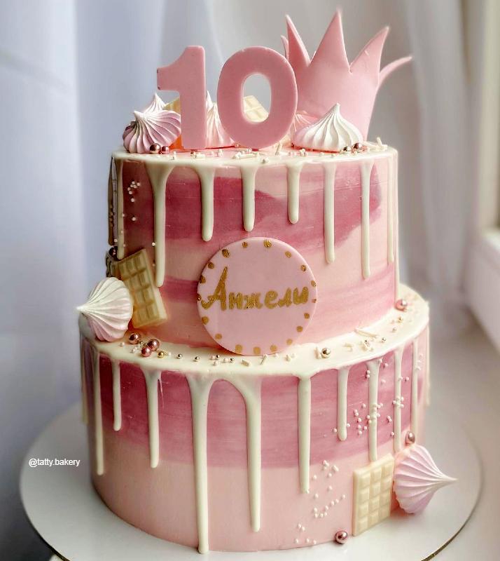 Большой торт с короной и белыми потеками девочке на 10 лет