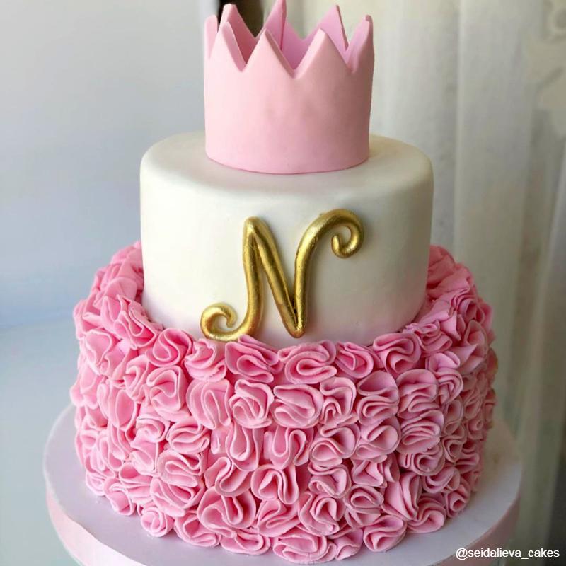Торт для девочки принцессы с рюшами из мастики и буквой