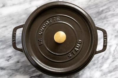 чугунная кастрюля для выпечки хлеба с корочкой