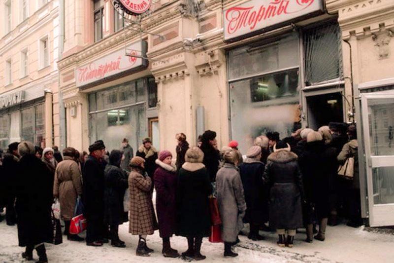 Очередь за Киевским тортом в советские времена