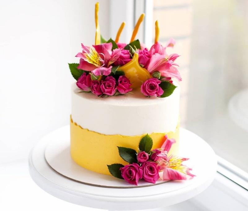 Тортик для женщины с маленькими розочками