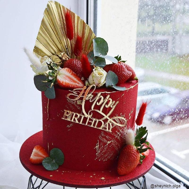 Красный торт женщине на день рождения