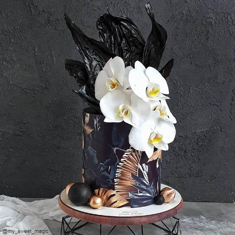 Модный черный торт женщине на юбилей с орхидеями