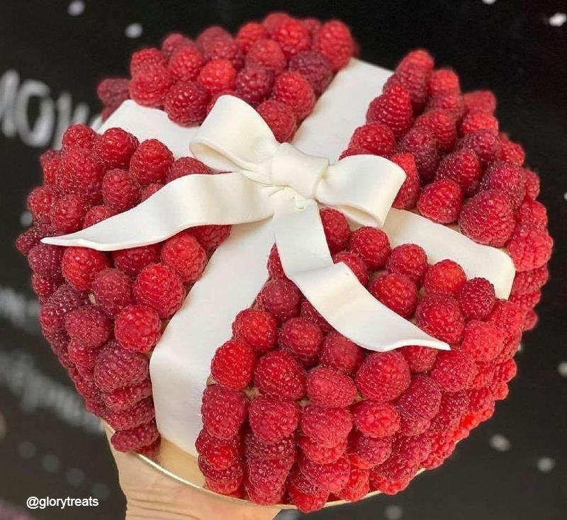 Торт подарок женщине на юбилей с малиной и лентой