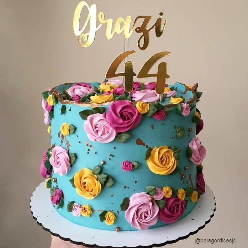 Бирюзовый торт с цветами женщине на ДР