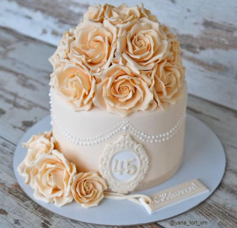 Торт женщине на 45 лет с розами из мастики