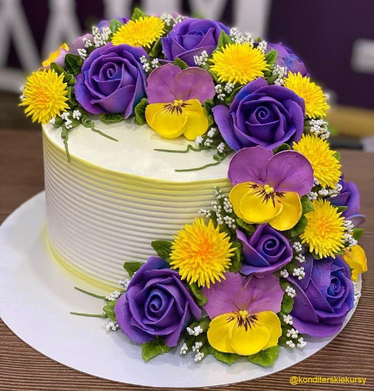 Торт женщине с кремовыми цветами на юбилей