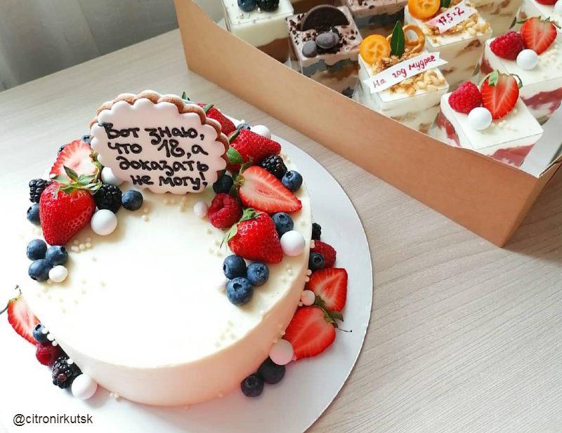 Торт и капкейки женщине на день рождения