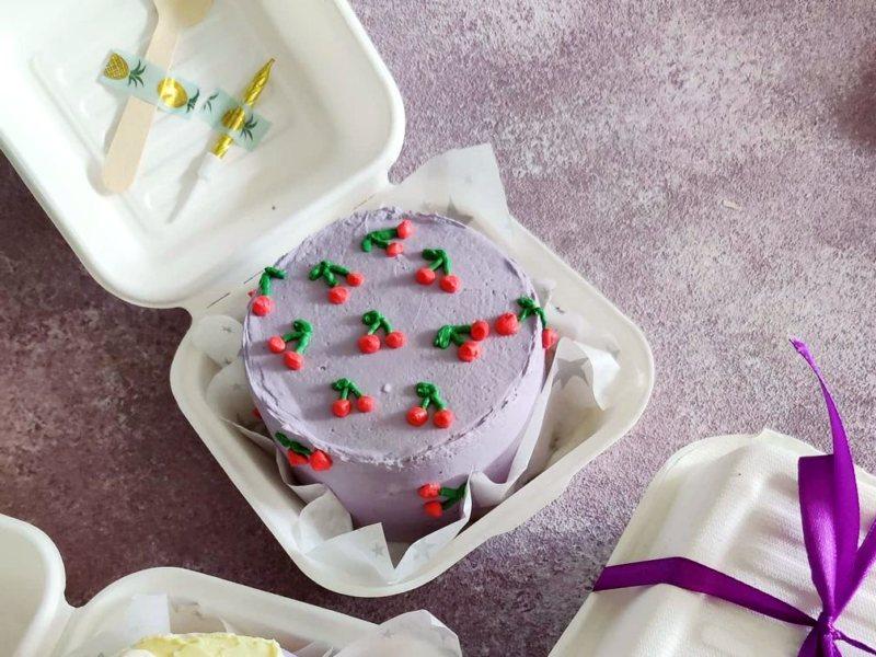 Бенто торт в упаковке с ложкой и свечой