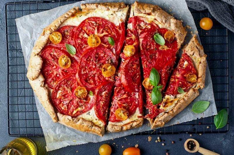 Ржаная галета с помидорами и сыром